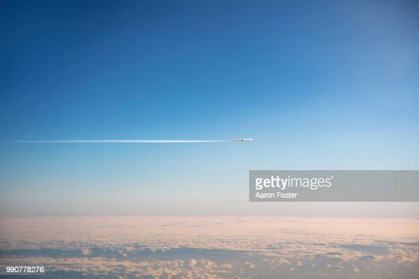 Gerneric Aircraft in flight with con trail