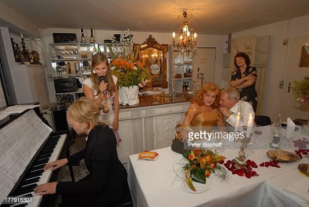 """Gernot Endemann, Lebensgefährtin Sabine Schmidt-Kirchner , Tochter Alicia , Hochzeitsfeier , Restaurant """"Paradies"""", Hannover, Niedersachsen,..."""