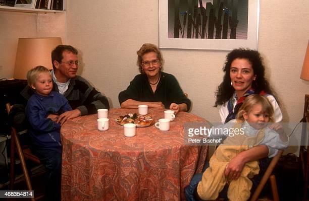 'Gernot Endemann Schwiegermutter Andree Duval Ehefrau Jocelyne Boisseau Tochter Marine Endemann Tochter Alicia Endemann am in Paris Frankreich '