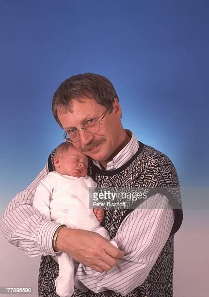 Gernot Endemann, Tochter Alicia Endemann , Krankenhaus, Hamburg, Deutschland, Europa, kuscheln, auf dem Arm, Klinik, Familie, Vater, Baby,...