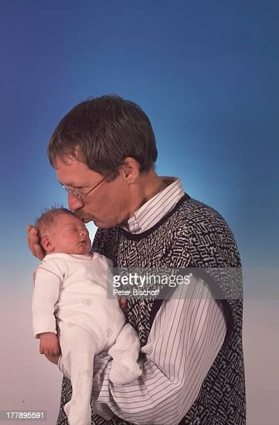 Gernot Endemann Tochter Alicia Endemann Krankenhaus Hamburg Deutschland Europa Kuss küssen auf dem Arm Klinik Familie Vater Baby Schauspieler MW/PH