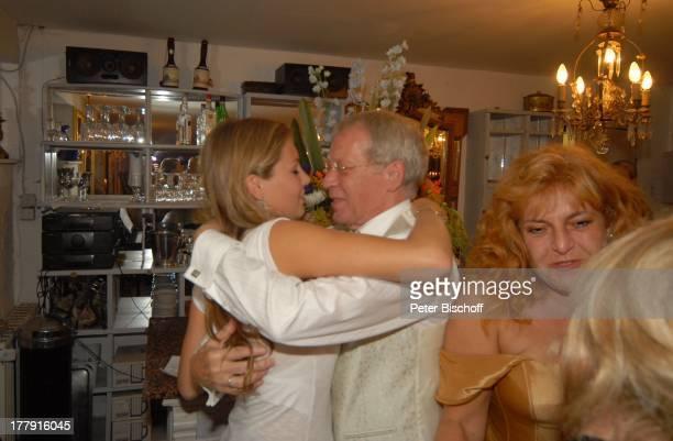 """Gernot Endemann, Tochter Alicia, rechts: Lebensgefährtin Sabine Schmidt-Kirchner, Hochzeitsfeier , Restaurant """"Paradies"""", Hannover, Niedersachsen,..."""