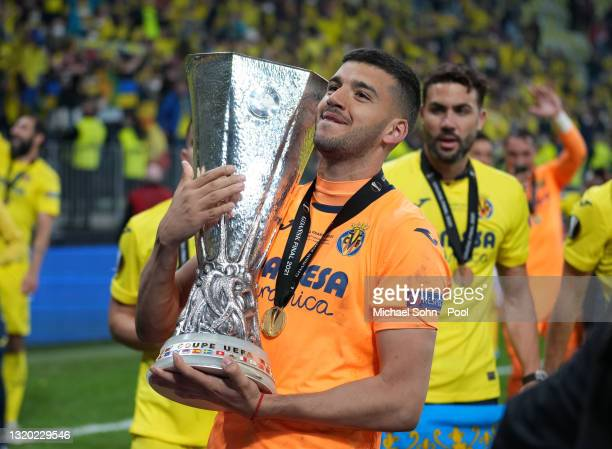 Gero Rulli of Villarreal CF poses with the UEFA Europa League Trophy following the UEFA Europa League Final between Villarreal CF and Manchester...