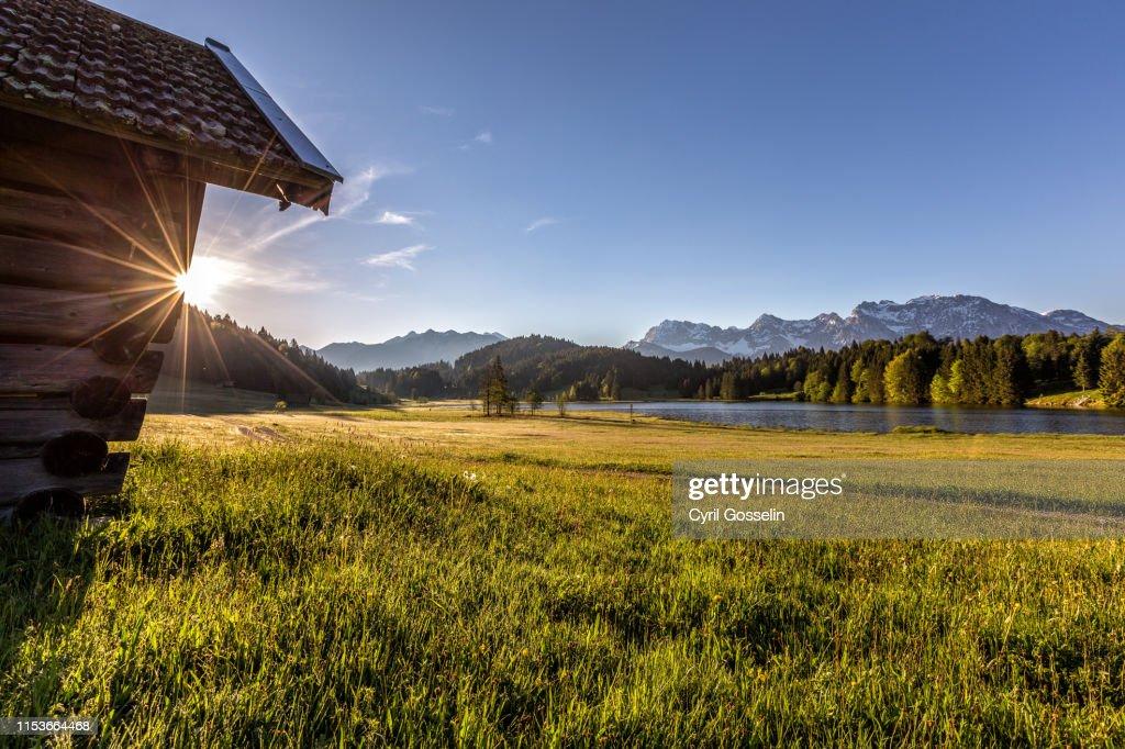 Gerold lake and Karwendel mountains at sunrise : Foto de stock