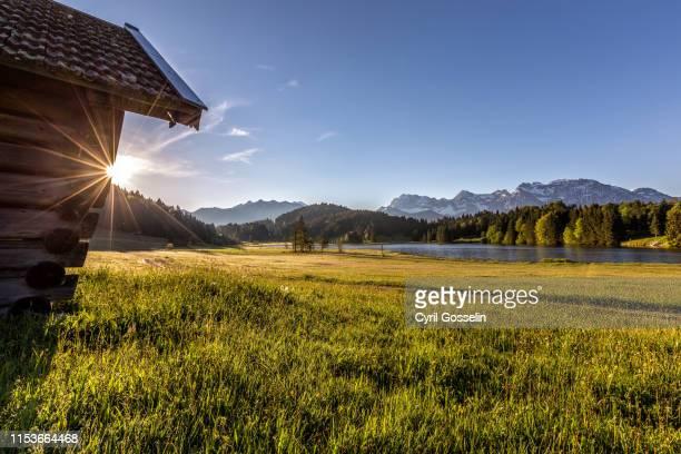 gerold lake and karwendel mountains at sunrise - mittenwald stock-fotos und bilder