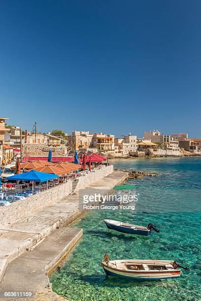 gerolimenas harbour, fishing boats, restaurants - peninsula de grecia fotografías e imágenes de stock
