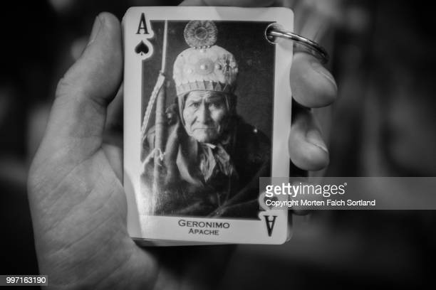 geronimo on a playing card - geronimo foto e immagini stock