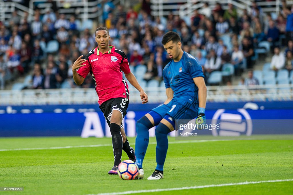 Geronimo Rulli of Real Sociedad duels for the ball with Deyverson of Alaves during the Spanish league football match between Real Sociedad and Betis at the Anoeta Stadium in San Sebastian on 22 October, 2016 -