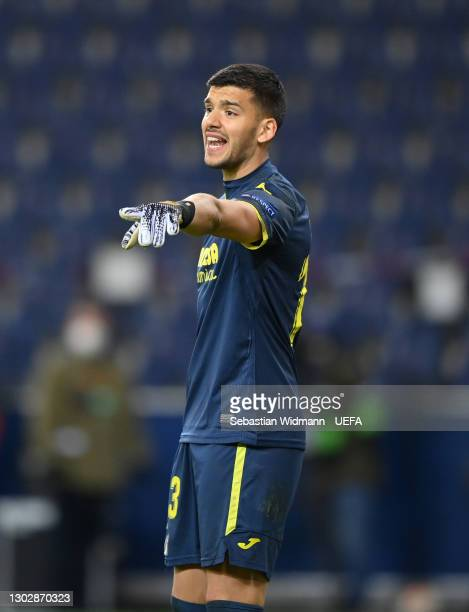 Geronimo Rulli of Villarreal gives their team instructions during the UEFA Europa League Round of 32 match between FC Salzburg and Villarreal CF at...