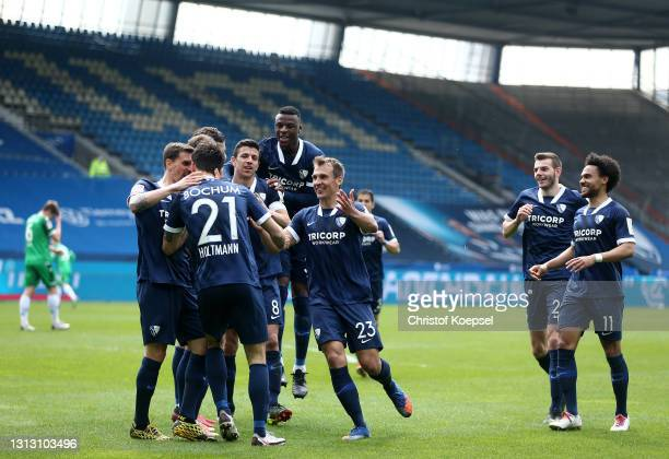 Gerrit Holtmann of VfL Bochum 1848 celebrates with team mates after scoring their team's second goal during the Second Bundesliga match between VfL...