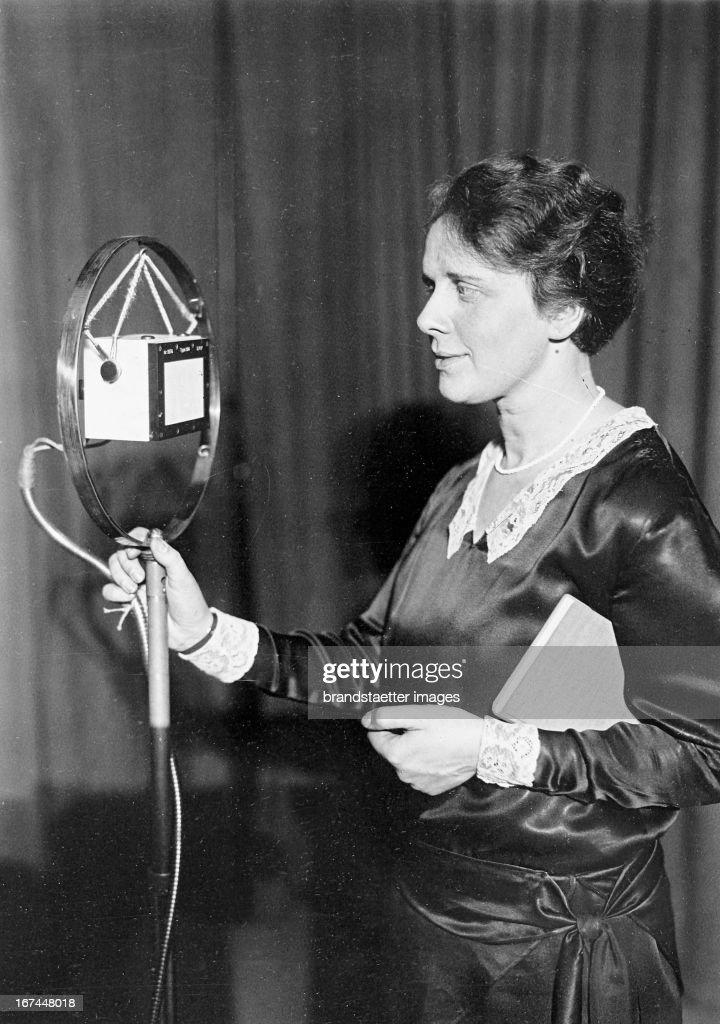 Gertrud van Eyseren; the first female radio announcer in Berlin. About 1932. Photograph. (Photo by Imagno/Getty Images) Gertrud van Eyseren; die erste weibliche Rundfunk-Ansagerin in Berlin. Um 1932. Photographie.