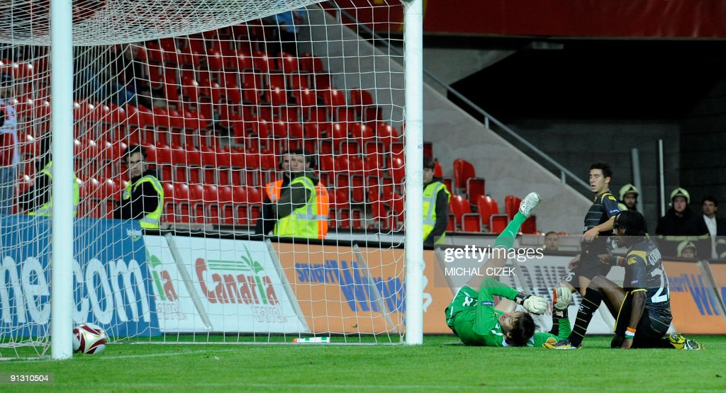 Gervinho of Lille (R) scores during the UEFA Europa League Group B football match between Slavia Prague and Lille on October 1, 2009 in Prague. Lille defeated Slavia 5-1.