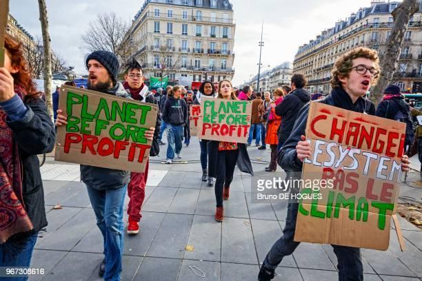 Ges manifestatnt Place de la République pendant la marche pour le climat interdite suite aux attentats Attac et Alternatiba ont appelé à former une...