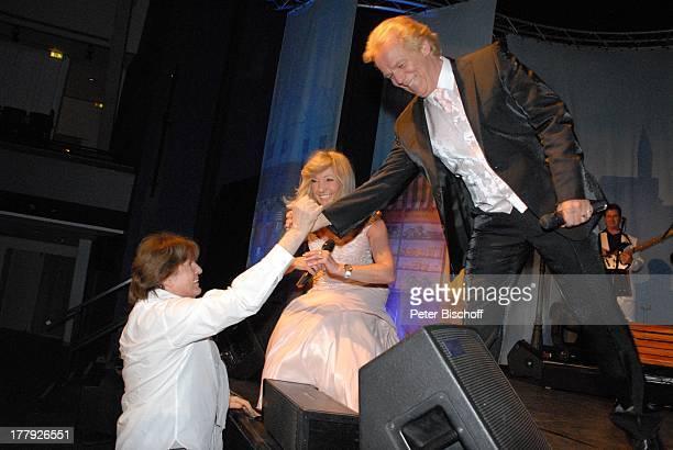 GesangsDuo Judith und Mel links Chris Roberts JubiläumsKonzert 25 Jahre J U D I T H M E L WeserEms Halle Oldenburg Niedersachsen Deutschland Europa...