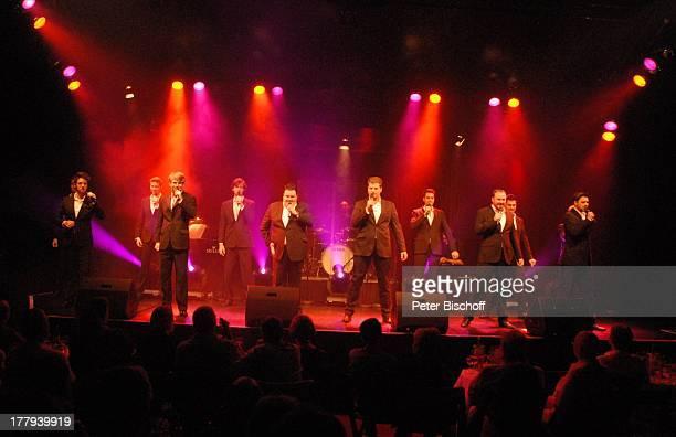 Gesangsgruppe '12 Tenors' Konzert TipiZelt am Kanzleramt Berlin Deutschland Europa Auftritt Bühne Mikro singen Tenor Tenöre Sänger
