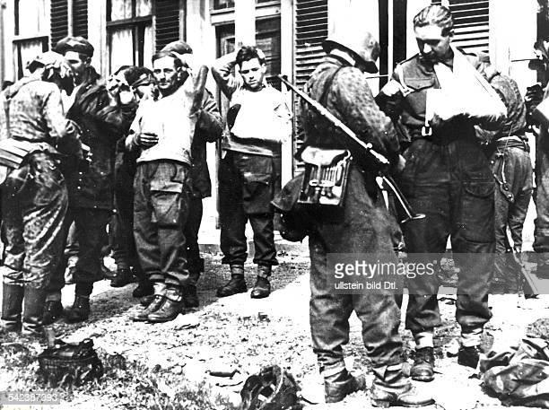 Gescheiterte alliierte Luftlandungbei Arnheim September 1944 SSGrenadiere mit gefangenen britischenFallschirmjägernSeptember 1944