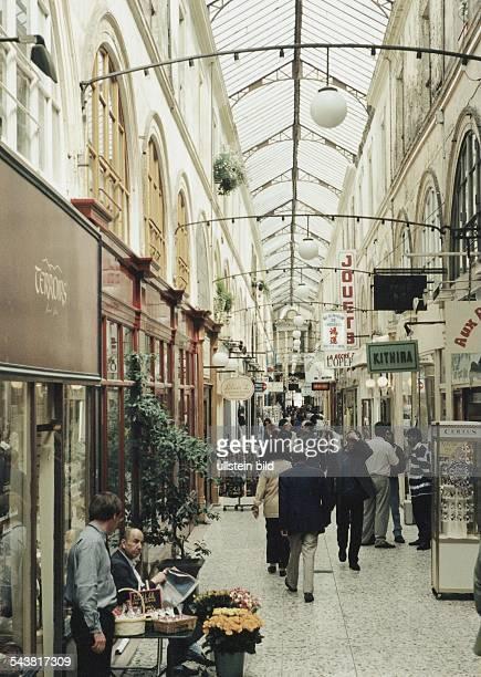 Geschäfte in dem Einkaufszentrum 'Passage Choiseul' Rue St Augustin eröffnet 1827 Touristen / Besucher betrachten die Auslagen der kleinen Läden...