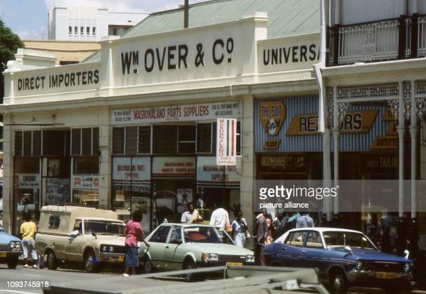Geschäfte und Dienstleister in der Innenstadt von Harare aufgenommen am Kurz nach 17 Uhr werktags ist auch diese Straße plötzlich leer dann haben...