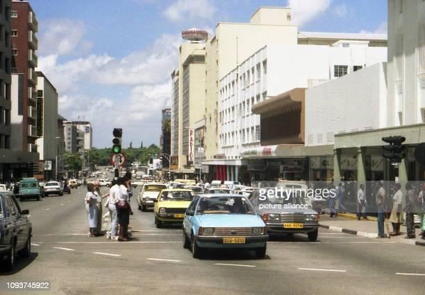 Geschäfte und Kaufhäuser Bank und Verwaltungsgebäude kennzeichnen die Baker Avenue eine der Hauptgeschäftsstraßen in der City von Harare aufgenommen...
