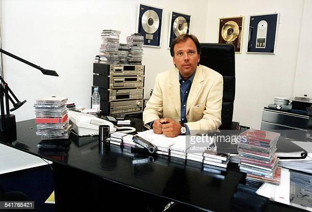 Geschäftsführer der Firma 'Hansa Music'in seinem Büro am Schreibtisch 1997