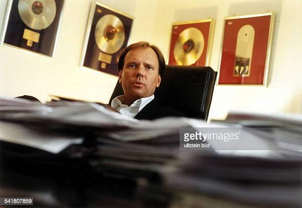Geschäftsführer der MusikproduktionsfirmaBMG Berlin Porträt hinter seinem Schreibtisch1999