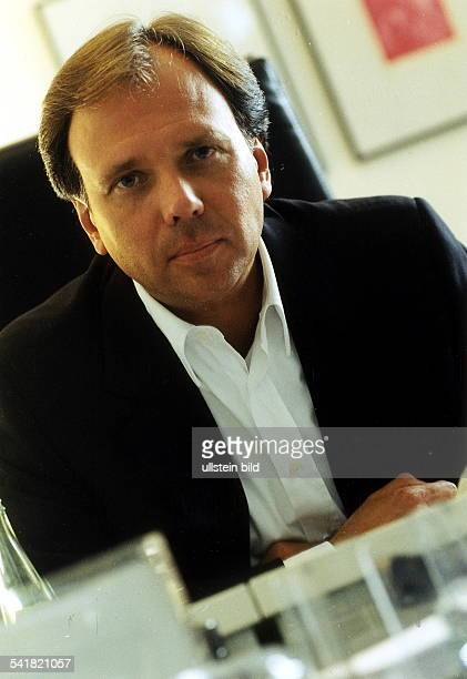 Geschäftsführer der MusikproduktionsfirmaBMG Berlin Porträt sitzt an seinem Schreibtisch1999