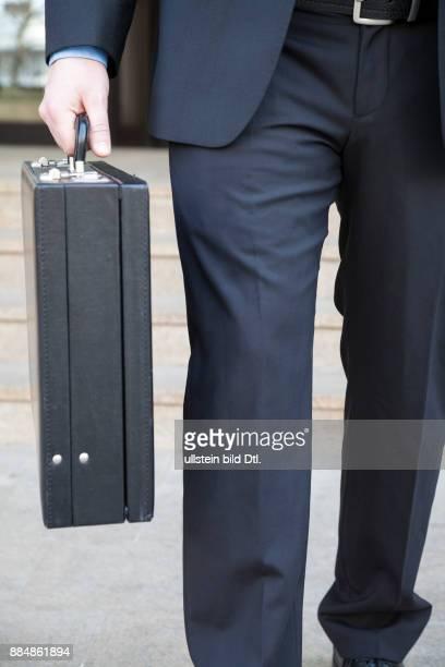 Geschäftsmann mit Geldkoffer