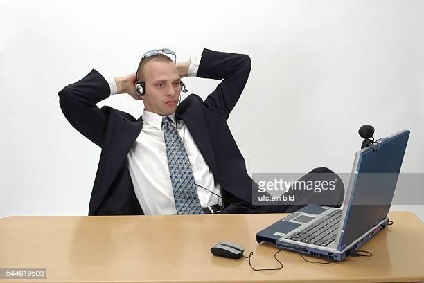 Geschäftsmann mit Notebook Headset und Webcam