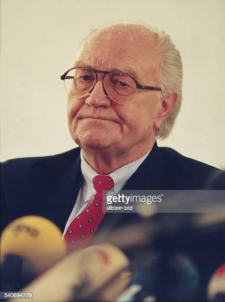 Geschäftsmann und Hotelier Jürgen Engel Schatzmeister des Hamburger SV Im Vordergrund Mikrofone Aufgenommen 1995