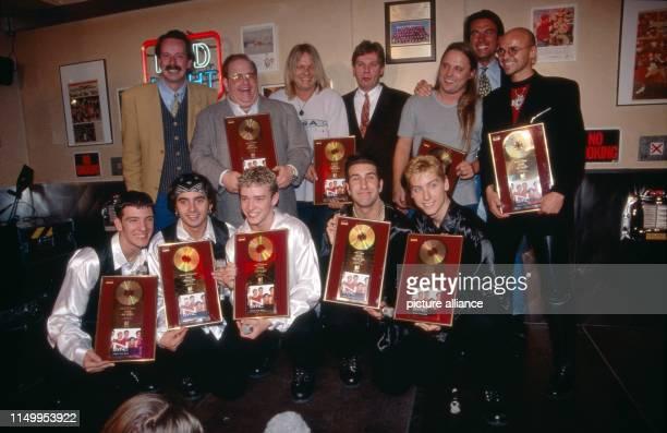 Geschäftsmann und Musikmanager Lou Pearlman mit der von ihm gemanagten Boygroud N'Sync in München Deutschland 1997 Business man and music manager Lou...