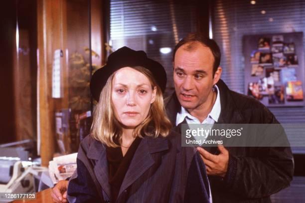 Geschlossene Wände / Der Sensationsreporter Rob Simon hat das einst erfolgreiche Starlet Irene Solm nach ihrem Aufenthalt in einer Nervenklinik...
