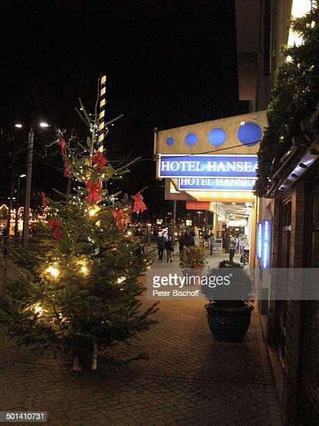 Geschmückter Weihnachtsbaum vorm Hotel Hanseatic Bremen Deutschland Europa Weihnachten Weihnachtszeit Advent Adventszeit weihnachtlich beleuchtet...