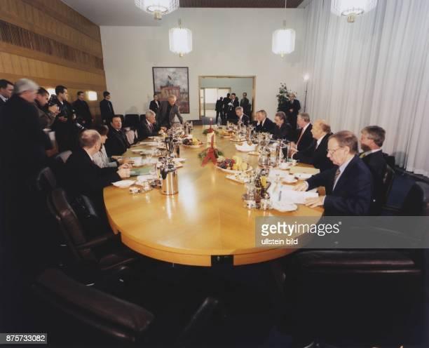 Gesprächsrunde des Bündnisses für Arbeit im Dezember 1999 im Kanzleramt in Berlin Am Konferenztisch unter anderem Bundeskanzler Gerhard Schröder...
