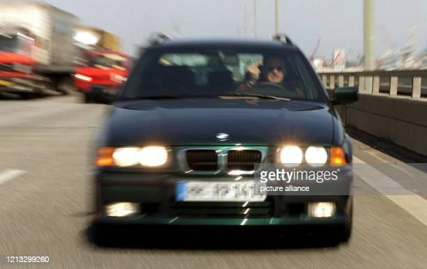 """Gestelltes Foto eines """"Autobahn-Dränglers"""" auf der A7 bei Hamburg am 17.4.1997. Nach einer am 17.4. In der Hansestadt veröffentlichten Studie sehen..."""