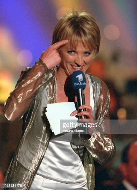 """Gestenreich moderiert Ulla Kock am Brink am 26.5.2000 die Generalprobe zur ARD- Gala """"Musik ohne Grenzen"""" in der Expo-Stadt Hannover. Prominente aus..."""