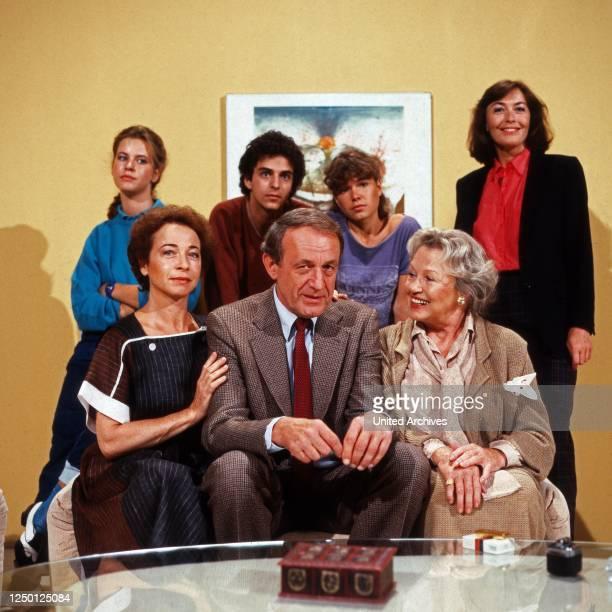 Gestern bei Müllers Fernsehserie Deutschland 1983 Darsteller vorn Christine Ostermayer Alexander Kerst Camilla Spira hinten Anja Schüte Martin Halm...