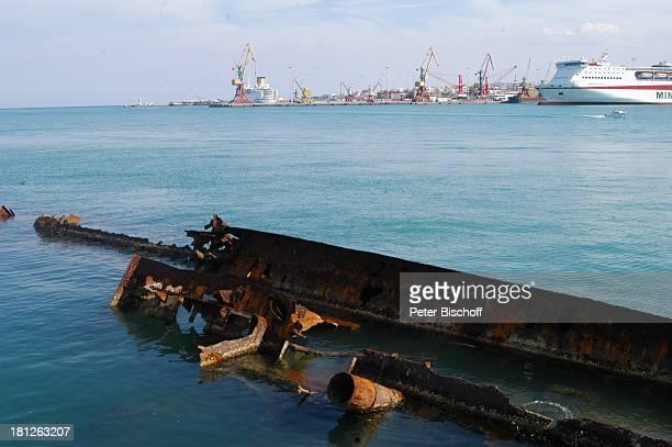 Gesunkenes Schiffswrack im Hafen von Heraklion Insel Kreta Griechenland Europa Mittelmeer ProdNr 188/2006 Wrack Schiff verrostet Meer Hauptstadt Reise