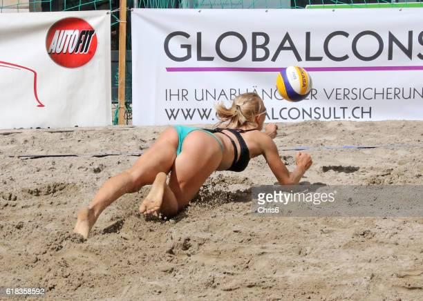 sie erhalten den ball zu! - strandvolleyball spielerin stock-fotos und bilder