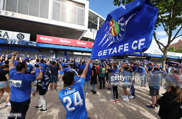 Getafe fans welcome the team to the stadium prior to the La Liga Santander match between Getafe CF and Levante UD at Coliseum Alfonso Perez on May...