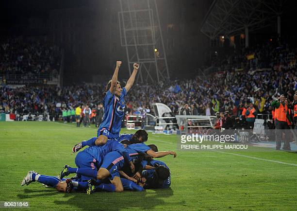 Getafe players celebrate after Spanish forward Braulio scored against Bayern Munich during their UEFA Cup quarterfinal second leg football match at...