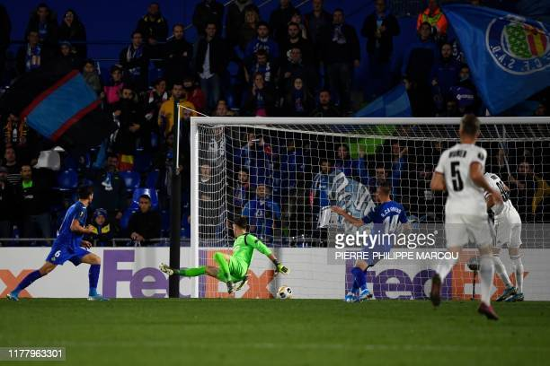 Getafe's Argentinian goalkeeper Leandro Chichizola fails to stop the ball scored by FC Basel's Swiss midfielder Fabian Frei during the UEFA Europa...