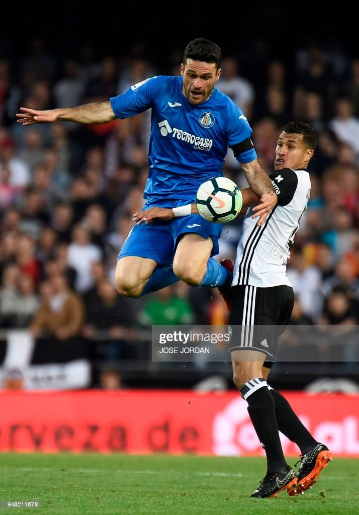 Getafe's Spanish forward Jorge Molina (L) vies with Valencia's Colombian defender Jeison Murillo during the Spanish league football match Valencia CF against Getafe CF at the Mestalla stadium in Valencia on April 18, 2018. /