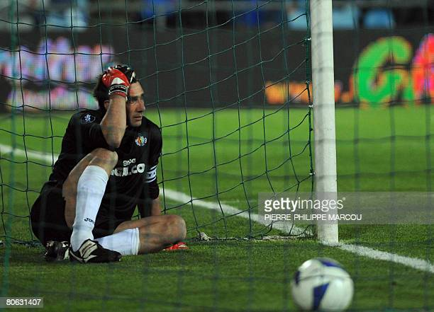 Getafe's Spanish goalkeeper Pato looks dejected after Bayern Munich's Luca Toni scored during their UEFA Cup quarterfinal second leg football match...