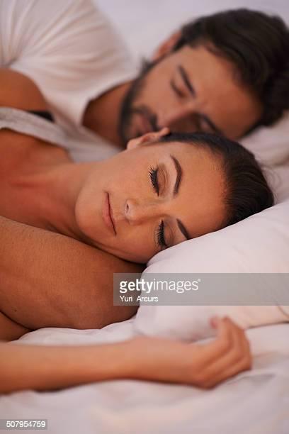 ottenere una tranquilla notte di riposo - abbracciarsi a letto foto e immagini stock