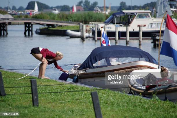 aan de wal krijgen - friesland noord holland stockfoto's en -beelden