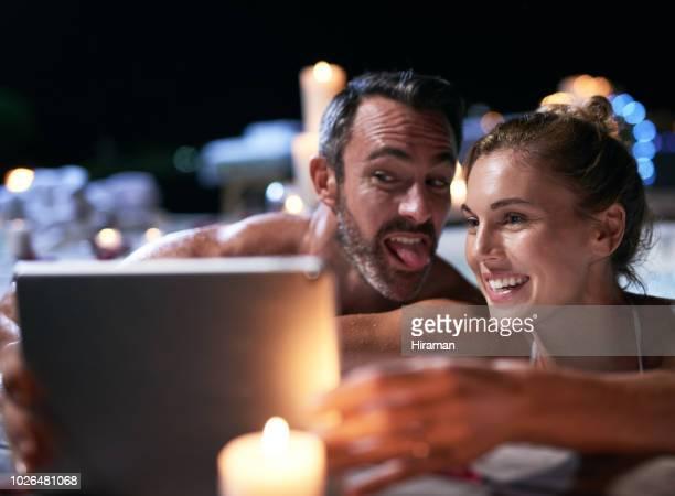 ジャグジーでクレイジー取得 - hot women pics ストックフォトと画像