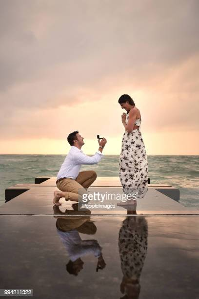 getting down on one knee - fidanzato foto e immagini stock