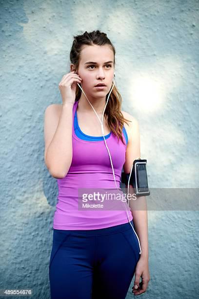 getting focused before her run - alleen tienermeisjes stockfoto's en -beelden