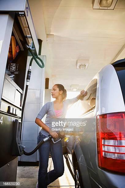 getting gas - abastecer imagens e fotografias de stock