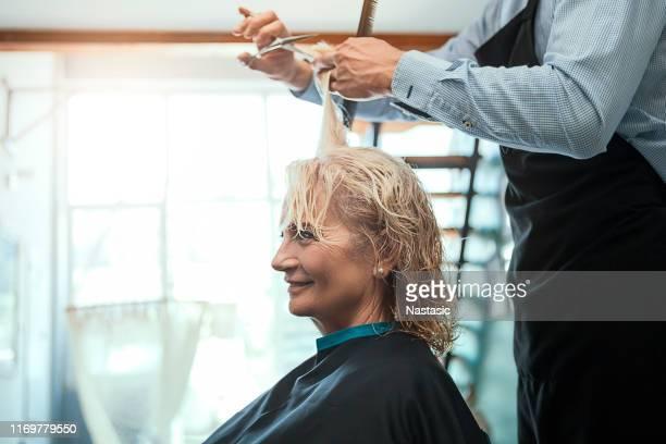 ihre haare von professionellen schneiden - haare schneiden stock-fotos und bilder